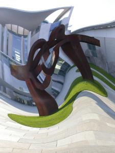 Dieses Bild von Thorsten Hülsberg zeigt das Kanzleramt in Berlin wellenförmig verzerrt.