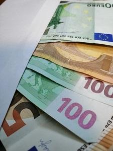 Dieses Farbfoto von Thorsten Hülsberg zeigt einen Umschlag voller Euro-Scheine.