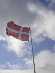 Diese Farbfotografie von Thorsten Hülsberg zeigt eine dänische Fahne im Sommerwind.