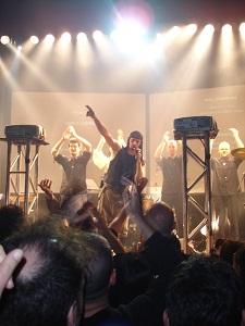 Dieses Bild von Thorsten Hülsberg zeigt ein Konzert der slowenischen Kultband Laibach in einem kleinen Club in Barcelona.