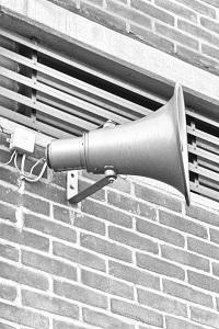 Diese Schwarzweißfotografie von Thorsten Hülsberg zeigt einen Lautsprecher an einer Wand im Katastrophengebiet.