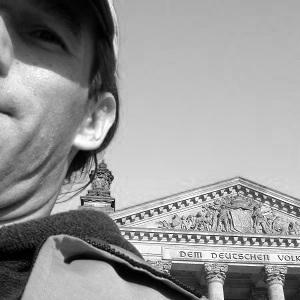 Dieses Selbstportrait in schwarzweiß zeigt Thorsten Hülsberg vorm Reichstag in Berlin.
