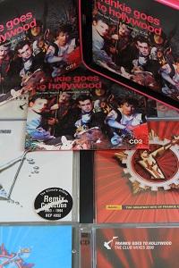 Dieses Farbfoto von Thorsten Hülsberg zeigt eine Auswahl an CDs von FGTH und darauf die geöffnete CD-Box SIMPLY.