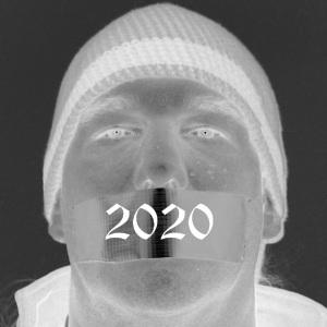 Dieses invertierte Schwarzweißselbstportrait von Thorsten Hülsberg zeigt ihn mit zugeklebtem Mund und auf dem Tape steht in einer alten Schrift 2020.