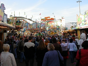 Dieses Farbfoto von Thorsten Hülsberg zeigt Menschenmassen auf dem Freimarkt in Bremen.