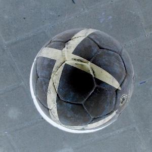 Diese invertierte Fotografie von Thorsten Hülsberg zeigt einen Fußball.