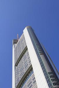 Diese Farbfotografie von Thorsten Hülsberg zeigt das Gebäude der Commerzbank in Frankfurt am Main.