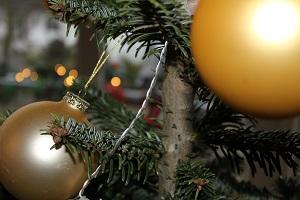Diese Farbfotografie von Thorsten Hülsberg zeigt Weihnachtskugeln an einem Weihnachtsbaum.