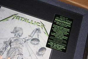 Diese Farbfotografie von Thorsten Hülsberg zeigt einen Ausschnitt der Deluxe-Box zu …And Justice For All von Metallica.