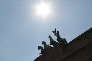 Dieses Foto von Thorsten Hülsberg zeigt die Quadriga auf dem Brandenburger Tor in Berlin im Sonnenschein.