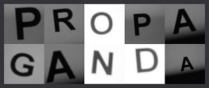 Dieses Bild von Thorsten Hülsberg zeigt in Grautönen in zwei Spalten das gerahmte Wort Propaganda.