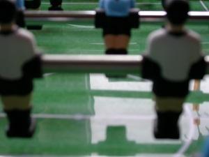Das Farbfoto von Thorsten Hülsberg zeigt einen verschwommenen Tischfußballausschnitt der an die beschriebene Partie erinnert..