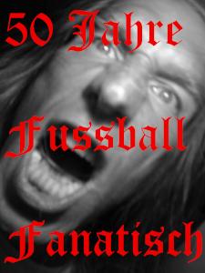Über diesem Schwarzweißselbstportrait von Thorsten Hülsberg steht in einer alten, roten Schrift über drei Zeilen: 50 Jahre fussballfanatisch.