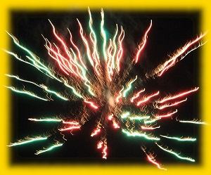 Dieses goldverlaufend gerahmte Foto von Thorsten Hülsberg zeigt Feuerwerk im Nachthimmel.