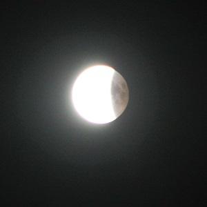 Fotografie von Thorsten Hülsberg zeigt eine teilweise Mondfinsternis.