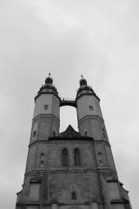 Diese Schwarzweißaufnahme von Thorsten Hülsberg zeigt die Marienkirche in Halle an der Saale vom Hallmarkt aus.