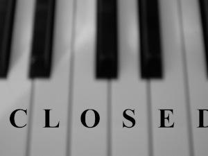 Diese Schwarzweißfotografie von Thorsten Hülsberg zeigt Klaviertasten mit der Aufschrift CLOSED.