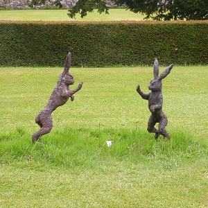 Dieses Foto von Thorsten Hülsberg zeigt zwei Hasenstatuen in einem Park in Schottland.