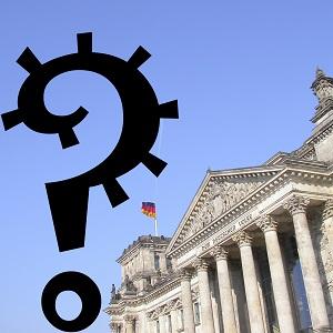 Dieses quadratische Farbbild von Thorsten Hülsberg zeigt den Reichstag in Berlin und daneben ein großes Fragezeichen im Stil eines Virus.
