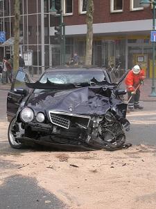 Diese Farbfotografie von Thorsten Hülsberg zeigt ein stark deformiertes Auto nach einem Unfall.