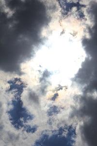 Dieses Farbfoto von Thorsten Hülsberg zeigt eine grell von der Sonne angeleuchtete Wolkenformation.