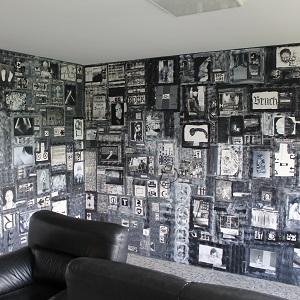 Fotografie eines Teils der Raum-Collage GRAUzone im KunsTraum alles von Thorsten Hülsberg.