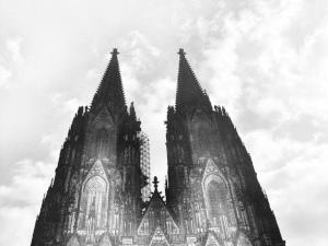 Dieses Graustufenfoto von Thorsten Hülsberg zeigt den Kölner Dom.