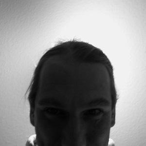 Die quadratische Schwarzweißfotografie von Thorsten Hülsberg zeigt den BALLacker und ist damit ein Selbstportrait.