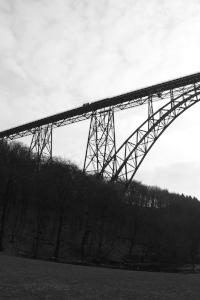 Diese Schwarzweißfotografie von Thorsten Hülsberg zeigt einen Teil der Müngstener Brücke in Solingen.