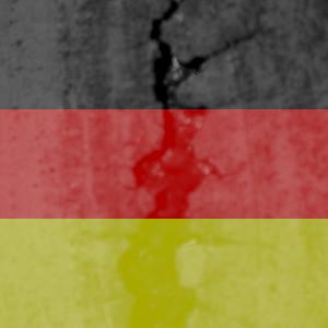 Diese Kollage von Thorsten Hülsberg zeigt eine Deutschlandfahne, welche einen größer werdenden Riss aufzeigt.