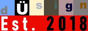 Hier sieht man das farbenfrohe dÜsign-Logo aufgesetzt auf ein rotes Feld in dem in weiß und schwarz Est. 2018 steht.
