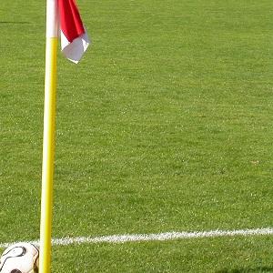 Dieser quadratische Farbfotoausschnitt von Thorsten Hülsberg zeigt einen Fußball an einer Eckfahne.