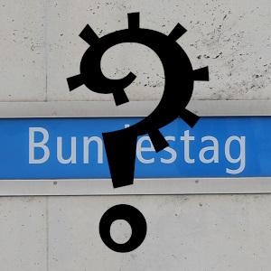 Dieses Bild von Thorsten Hülsberg zeigt die Beschriftung der Bundestagshaltestelle in Berlin mit einem großen schwarzen Fragezeichen in Form eines Virus darüber.