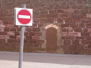 Diese Farbfotografie von Thorsten Hülsberg zeigt Durchfahrtsverbotsschild und eine zugemauert Tür im Fort George in Schottland.