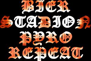 Dieses BALLacker-dÜsign von Thorsten  Hülsberg zeigt auf schwarzem Grund untereinander in flammender Schrift die Worte: Bier, Stadion, Pyro und Repeat.