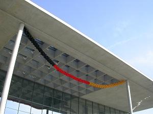 Diese Farbfotografie von Thorsten Hülsberg zeigt das Band des Bundes in Berlin geschmückt mit Luftballons in den deutschen Nationalfarben.