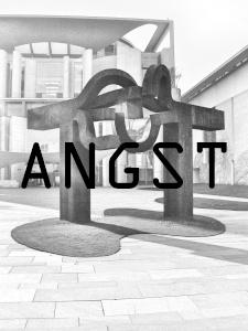 Diese Graustufenarbeit von Thorsten Hülsberg zeigt das Kanzleramt in Berlin worüber ANGST steht.