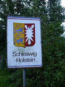 Dieses Farbfoto von Thorsten Hülsberg zeigt ein Landesgrenzenschild Schleswig-Holstein.