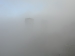 Diese Farbfotografie von Thorsten Hülsberg zeigt eine katalonische Kathedrale im Nebel.