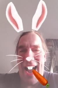 Diese animierte Farbfotografie von Thorsten Hülsberg ist ein Selbstportrait im Hasenformat.