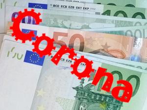 Dieses Bild von Thorsten Hülsberg zeigt Euroscheine über denen schräg in einer virusartigen Schriftform in rot Corona steht.