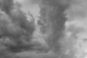 Diese Schwarzweißfotografie von Thorsten Hülsberg zeigt dunkle Wolken über Leverkusen.