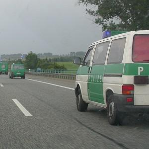 Dieses Farbfoto von Thorsten Hülsberg zeigt verschiedene Polizeifahrzeuge auf einer Autobahn.