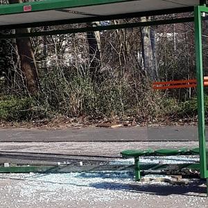 Dieses Farbfoto von Thorsten Hülsberg zeigt eine zerstörte Bushaltestelle in Leverkusen.
