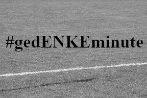 Diese Schwarzweißaufnahme von Thorsten Hülsberg zeigt den Ausschnitt eines Fußballplatzes und den Schriftzug #gedENKEminute.