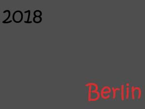 Dieses Bild von Thorsten Hülsberg zeigt auf grauem Grund oben links in der Ecke in schwarz die Jahreszahl 2018 und unten rechts in einem Rotton das Wort Berlin.