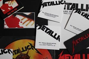 Dieses Foto von Thorsten Hülsberg zeigt den Inhalt der Deluxe-Box von Metallica aus 2016 zu Kill `Em All von 1983.