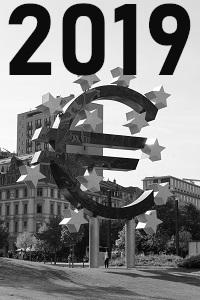 Diese Schwarzweißfotografie von Thorsten Hülsberg zeigt das Euro-Denkmal in Frankfurt am Main.