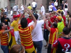Diese Farbfotografie von Thorsten Hülsberg zeigt feiernde Spanienfans.
