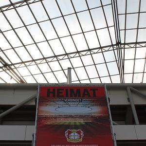 Dieses Farbfoto von Thorsten Hülsberg von der BayArena in Leverkusen zeigt ein Plakat mit der Aufschrift Heimat verbindet.
